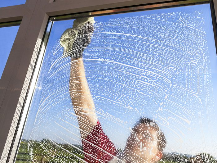 Suivez ces conseils pour bien choisir un nettoyant maison pour les vitres.