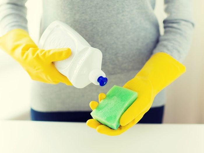 Le savon à vaisselle constitue l'un des meilleurs ingrédients pour faire des nettoyants maison pour les vitres.