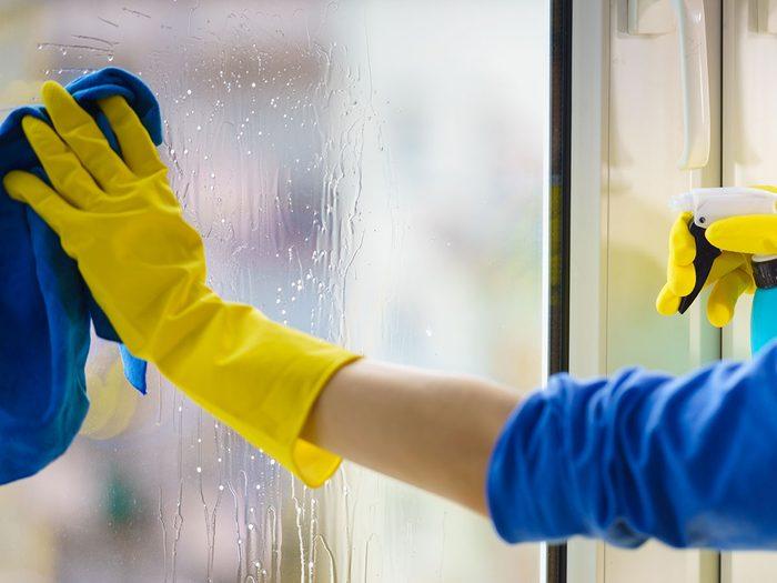 L'alcool dénaturé est un excellent nettoyant maison pour les vitres.