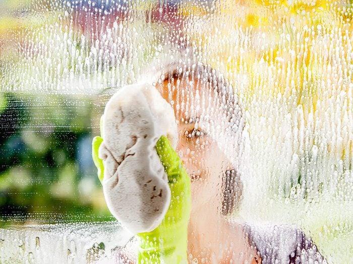5 nettoyants faits maison pour les vitres (qui fonctionnent vraiment!).