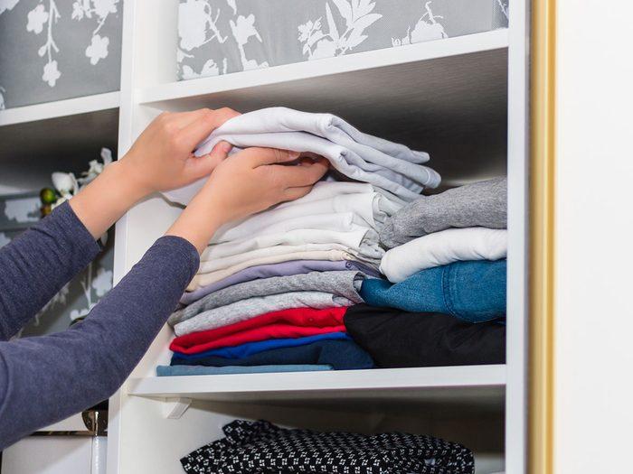 Plier les vêtements à la façon de Marie Kondo pour organiser sa garde-robe.