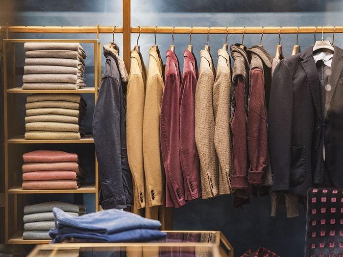 Moyen recommandé pour pendre les vêtements et organiser sa garde-robe.