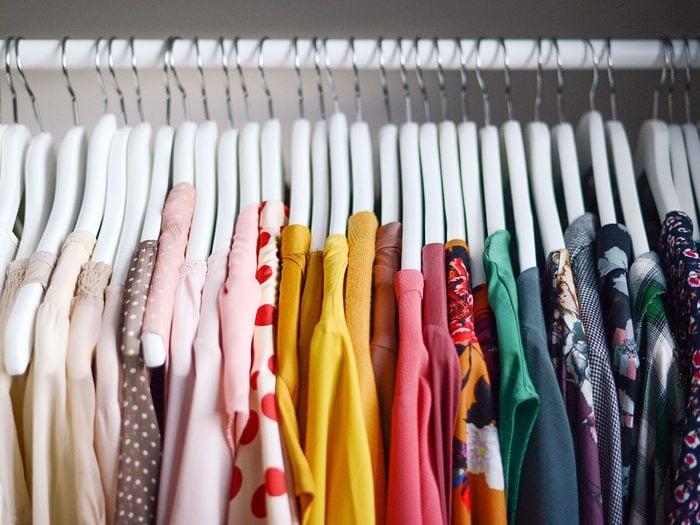 Comment disposer les vêtements pour organiser sa garde-robe.