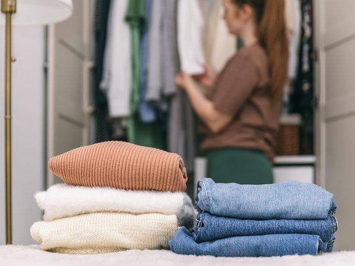 Trier les vêtements pour organiser sa garde-robe.