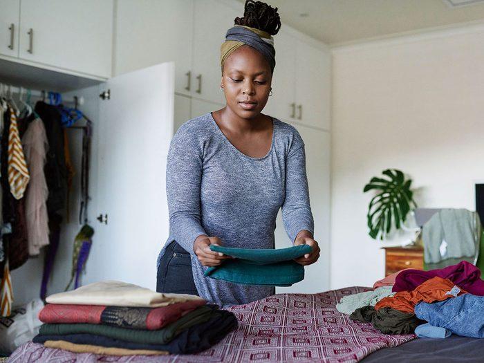 Organiser sa garde-robe: accrocher ou plier?