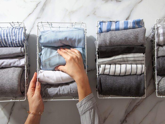Techniques d'économie d'espace pour les vêtements et organiser sa garde-robe.