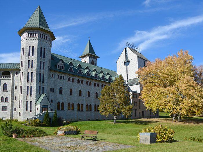 L'Abbaye de Saint-Benoît-du-Lac est l'un des endroits où faire un pique-nique au Québec.