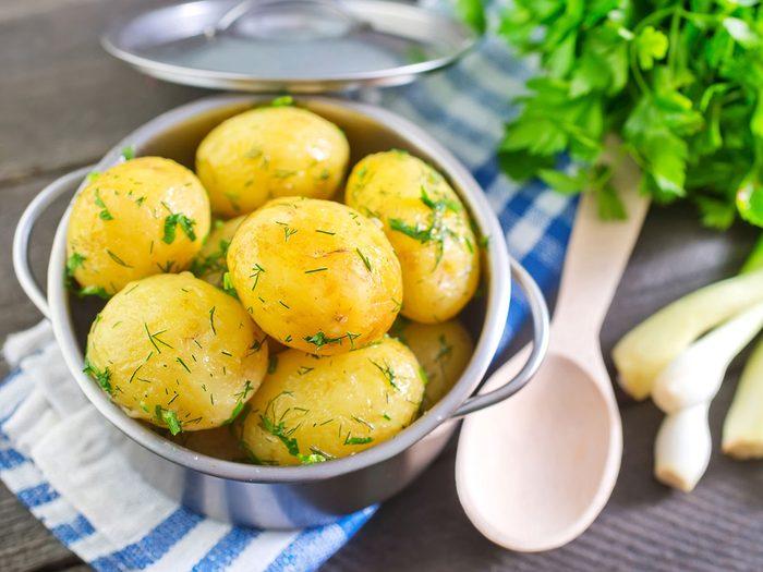 La cuisson et le refroidissement des pommes de terre avant de les manger permettent à l'amidon résistant de se former.