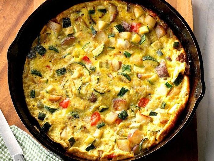 Recette de frittatta aux légumes avec des courgettes.