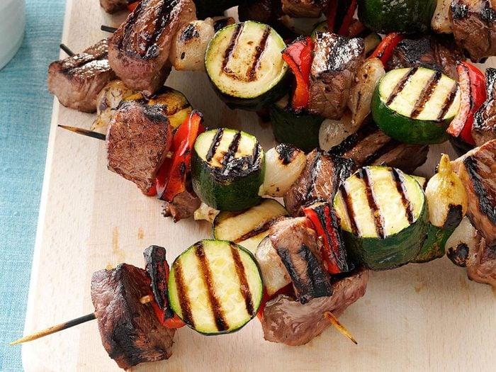 Recette de brochettes de bœuf aux légumes avec courgettes.