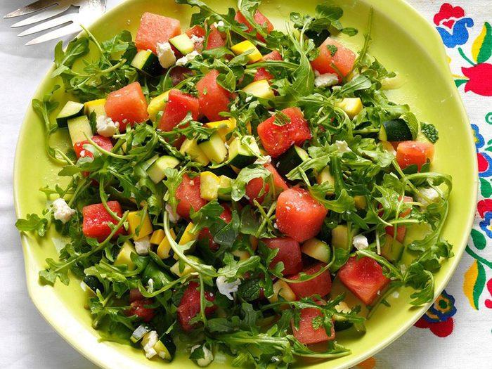 Recette de salade de courges d'été et de melon d'eau avec courgettes.