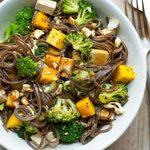 Recette pour le thermomix: Salade de soba, brocoli, mangue, cajous et tofu