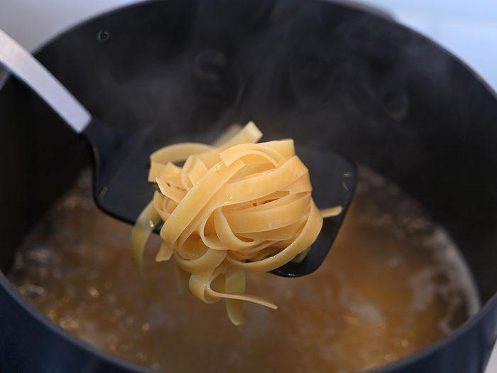 Étape 2: la cuisson des pâtes pour la sauce Alfredo végétalienne.