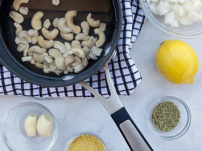 Étape 1, le trempage des noix de cajou pour la sauce Alfredo végétalienne.