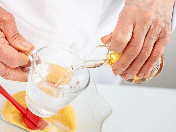 Faire un mélange d'eau et de vinaigre pour se débarrasser des écureuils.