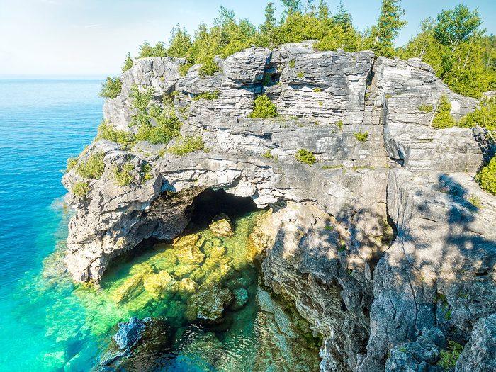 La Grotto de la Péninsule-Bruce fait partie des trésors cachés à découvrir au Canada.