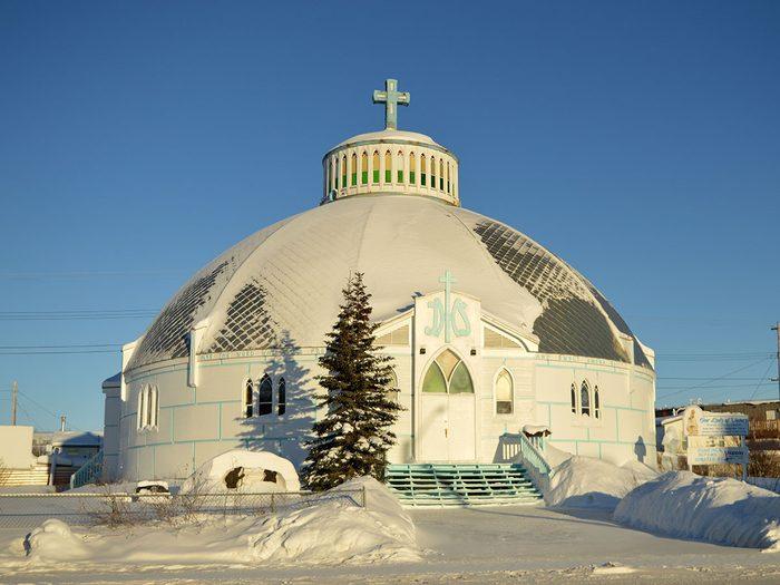 L'église Notre-Dame-de-la-Victoire à Inuvik fait partie des trésors cachés à découvrir au Canada.