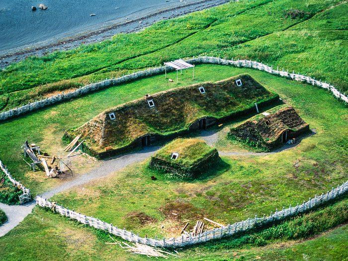 L'Anse aux Meadows fait partie des trésors cachés à découvrir au Canada.