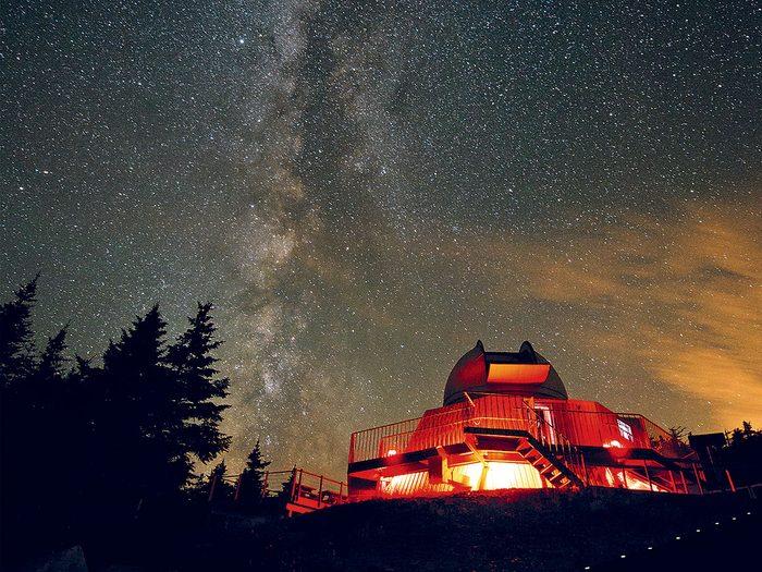 Contempler la galaxie fait partie des trésors cachés à découvrir au Canada.