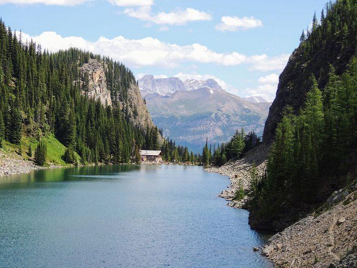 Siroter un thé au sommet fait partie des trésors cachés à découvrir au Canada.