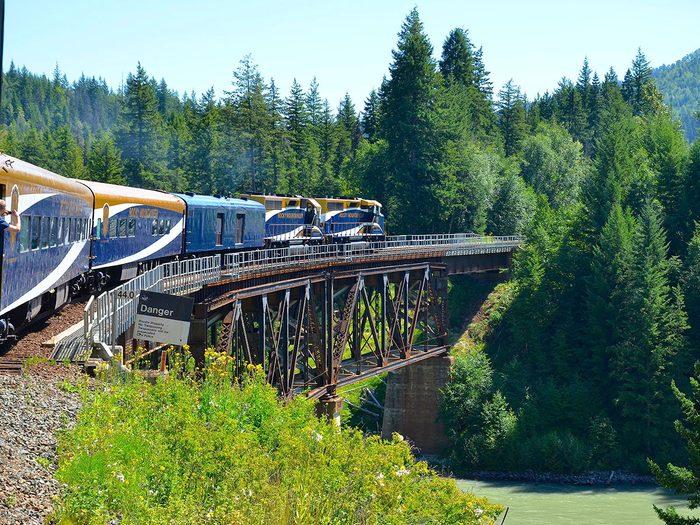 Prendre le train fait partie des trésors cachés à découvrir au Canada.
