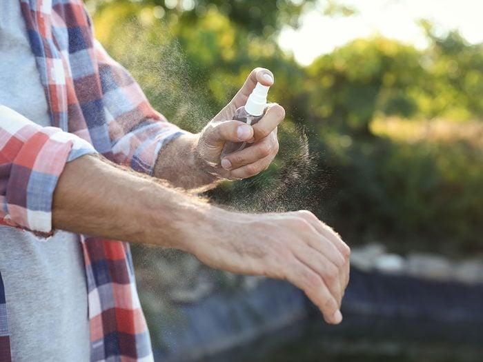 Utilisez un vaporisateur contre l'urticaire papuleuse.
