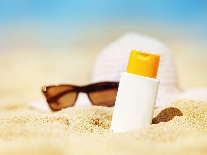 Utiliser des crèmes solaires contre l'urticaire papuleuse.