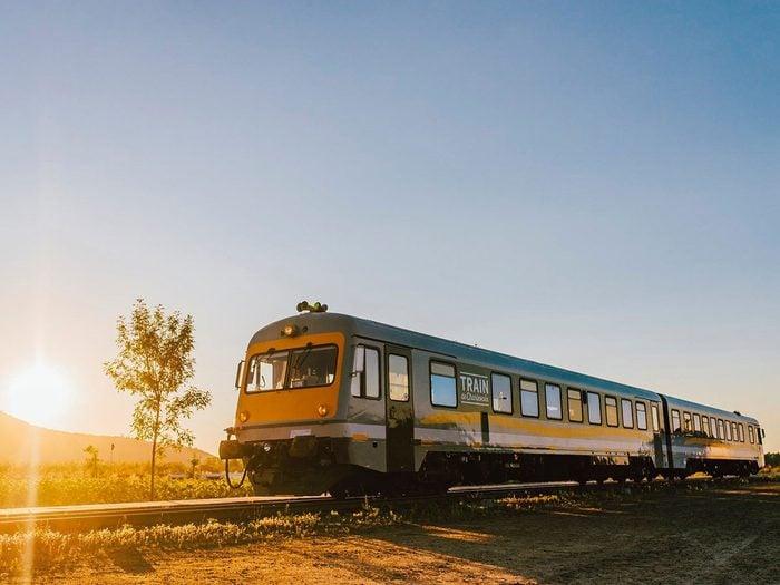 Faire un voyage en train à travers le Canada à bord du Train de Charlevoix.