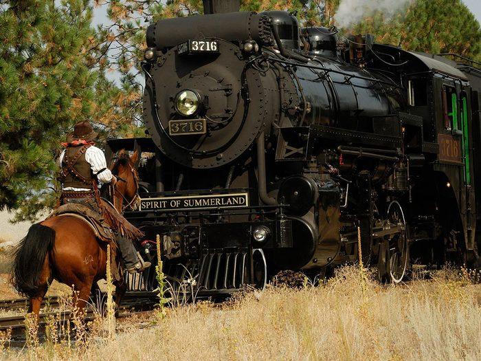 Faire un voyage en train à travers le Canada à bord du Kettle Valley Steam Railway.