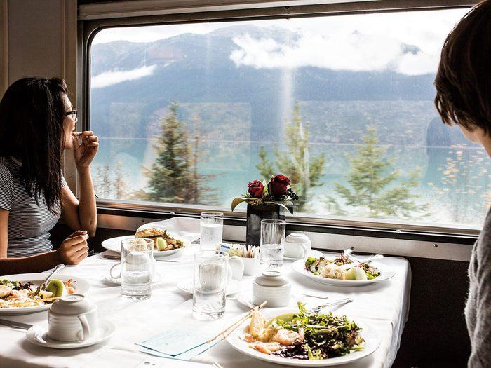 Faire un voyage en train à travers le Canada à bord du Canadien de Via Rail.