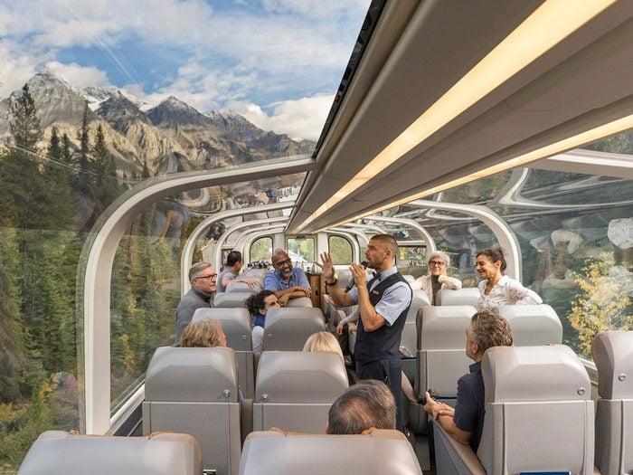 Faire un voyage en train à travers le Canada à bord du Rocky Mountaineer.
