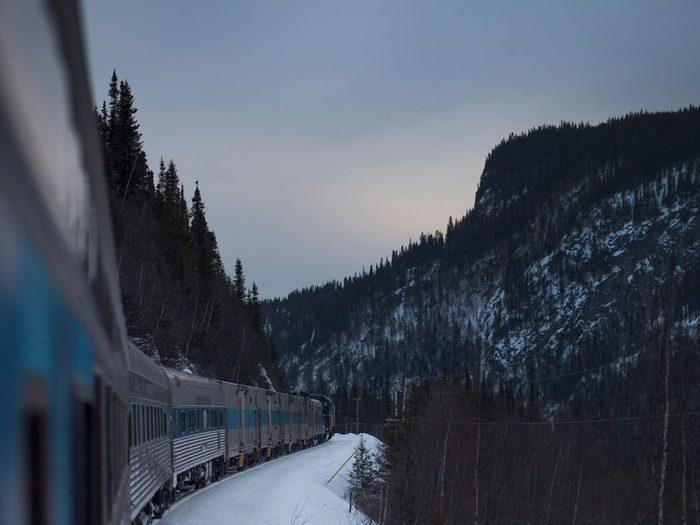 Faire un voyage en train à travers le Canada à bord du train de Transport Ferroviaire Tshiuetin.