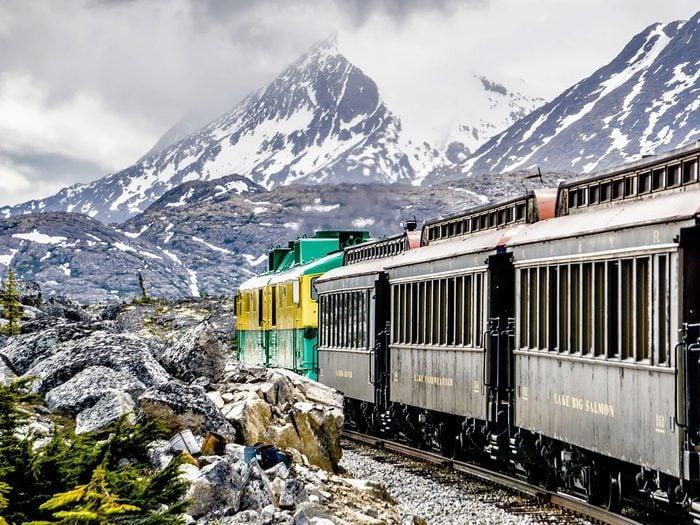 Faire un voyage en train à travers le Canada à bord de la ligne ferroviaire White Pass & Yukon Route.