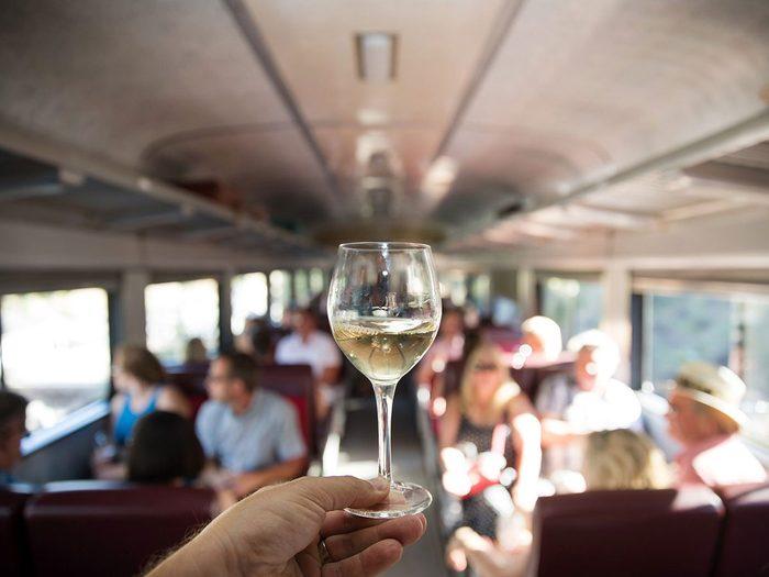 Faire un voyage en train à travers le Canada à bord du Grand Sommelier Express.
