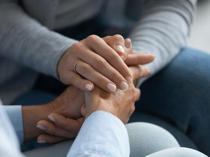Cancer de l'amiante: mains réconfortantes.