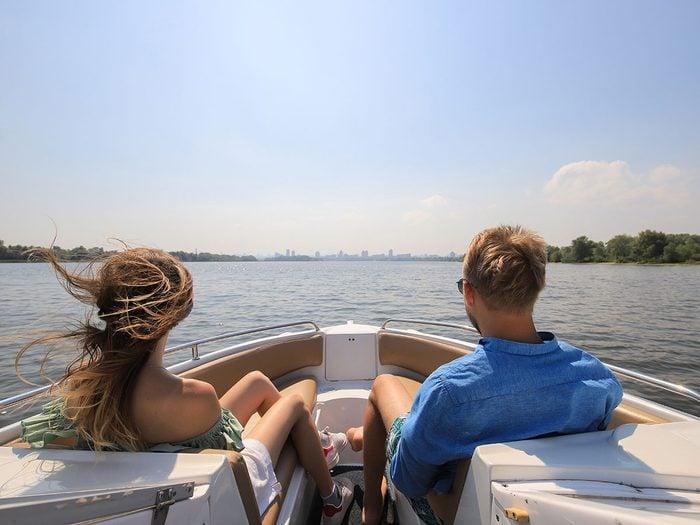 Faire du bateau fait partie des activités inspirantes pour se rafraîchir cet été.