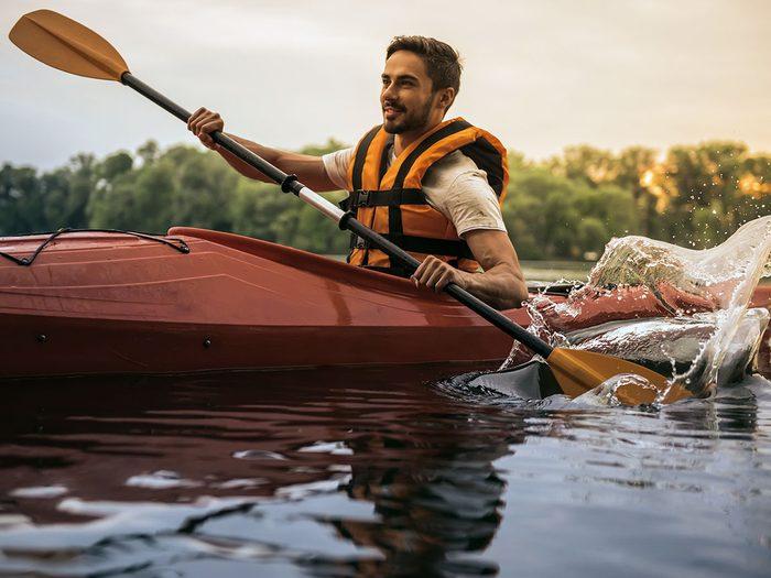 Le kayak et le canot font partie des activités inspirantes à faire pour se rafraîchir cet été.