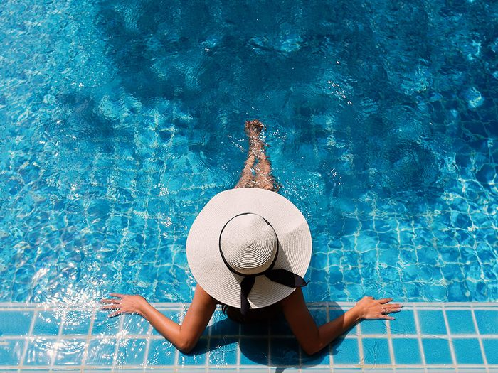 Aller à la piscine fait partie des activités inspirantes à faire pour se rafraîchir cet été.