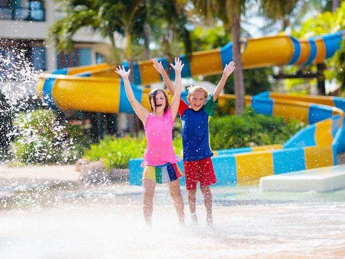 Aller dans des parcs aquatiques fait partie des activités inspirantes à faire pour se rafraîchir cet été.