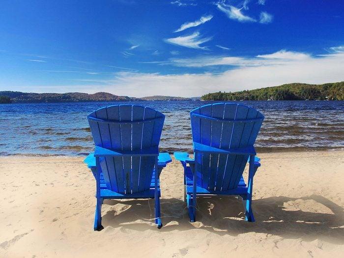 Aller à la plage fait partie des activités inspirantes à faire pour se rafraîchir cet été.