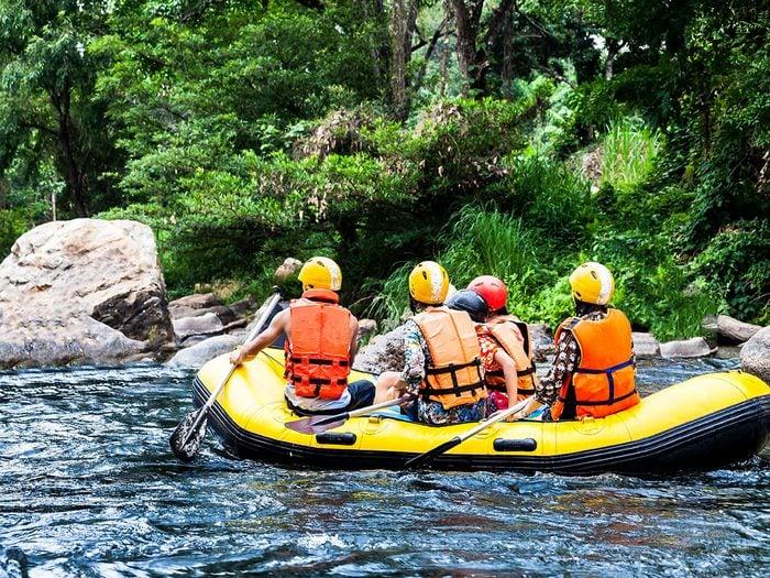 Le rafting fait partie des activités inspirantes à faire pour se rafraîchir cet été.