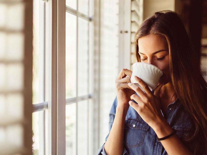 Savourer une tasse de café ou de thé pour augmenter son métabolisme.