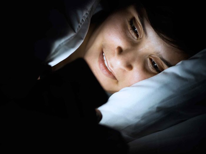 Réduire le temps d'écran avant le coucher pour augmenter son métabolisme.