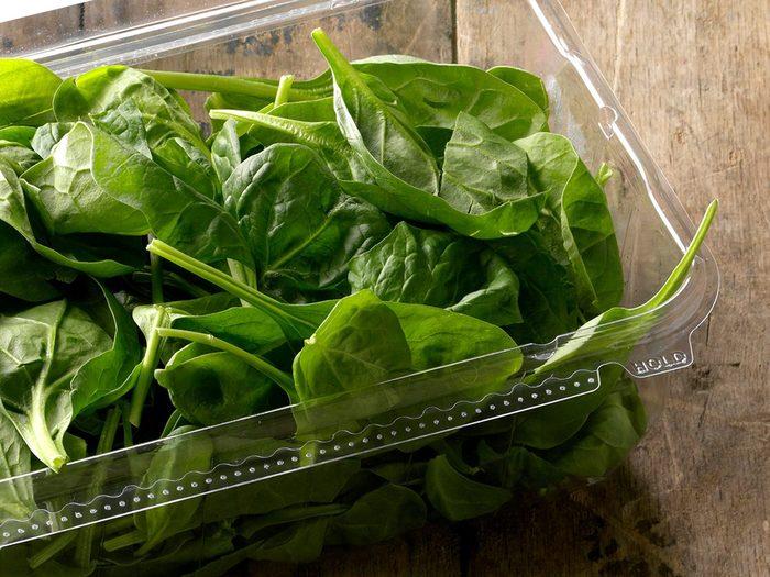 Comment laver les fruits et légumes qui contiennent le plus de pesticides tels que les épinards?