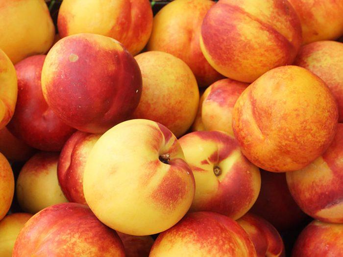 Comment laver les fruits et légumes qui contiennent le plus de pesticides tels que les nectarines?