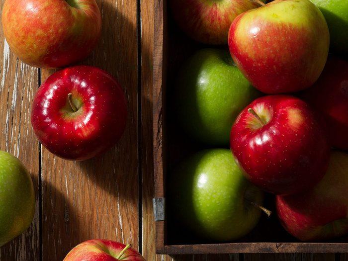 Comment laver les fruits et légumes qui contiennent le plus de pesticides tels que les pommes?
