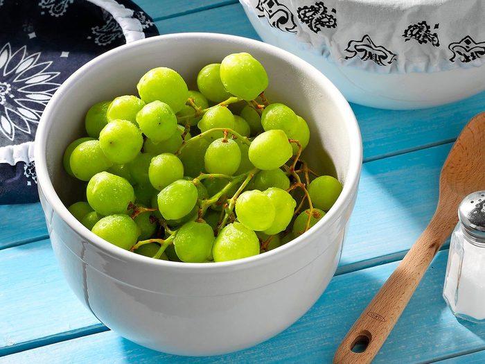 Comment laver les fruits et légumes qui contiennent le plus de pesticides tels que les raisins?