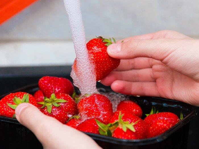 Comment Laver Les Fruits Et Legumes Pesticides Rincer Fraises