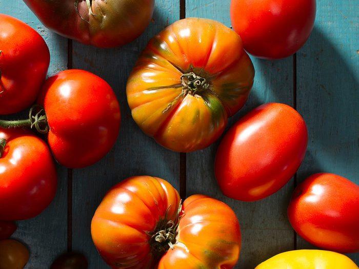 Comment laver les fruits et légumes qui contiennent le plus de pesticides tels que les tomates?