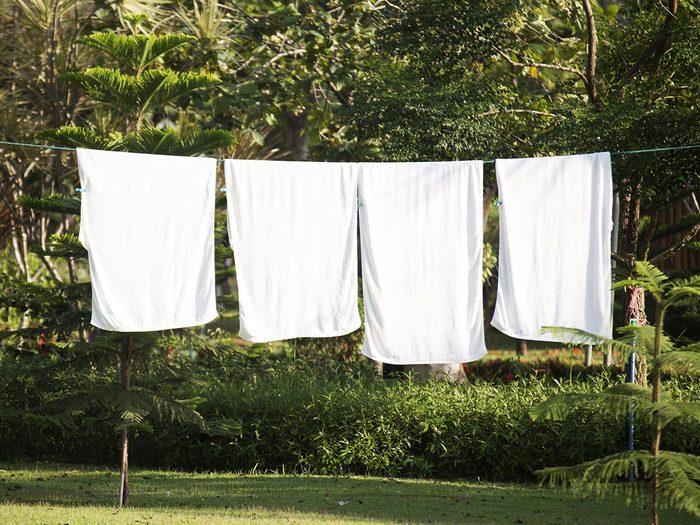 Éviter la sécheuse pour réduire sa consommation d'électricité en été.